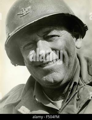 """Der amerikanische Schauspieler William Holden in einer Szene aus dem Film """"The Devil's Brigade"""", USA - Stockfoto"""