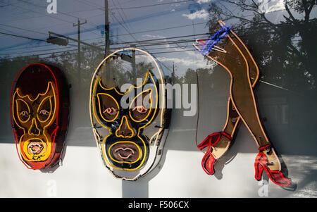 Leuchtreklamen Luchadores und Beine in der Kunstgalerie Roadhouse Reliquien in Austin, Texas - Stockfoto
