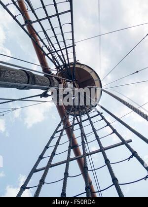 Turm und Takelage auf Mayflower II; Nachbildung des Schiffes aus dem 17. Jahrhundert gefeiert für den Transport - Stockfoto
