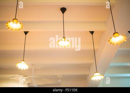 Eingelassene Deckenleuchten in einem Coffee-shop Stockfoto, Bild ...