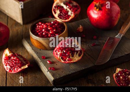Rohe Bio rote Granatäpfel essfertig - Stockfoto
