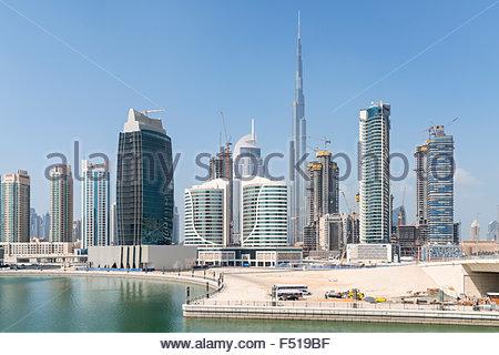 Skyline der Wolkenkratzer neben The Creek in der Business Bay in Dubai Vereinigte Arabische Emirate - Stockfoto