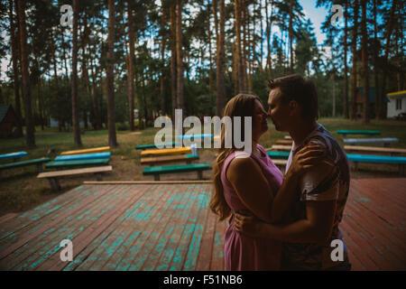 Romantische junge Paar küssen auf Hintergrund Sommer Wald - Stockfoto