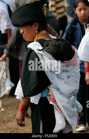 Indigene Frau tragen traditionelle Kleidung bei Otavalo Markt, Ecuador, Südamerika - Stockfoto
