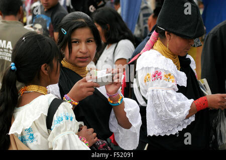 Indigenen Quechua-Mädchen in Otavalo Markt, Ecuador, Südamerika - Stockfoto