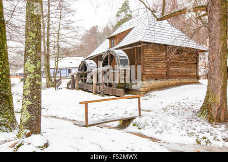 Traditionelle Rumänien Wassermühle im Winter - Stockfoto