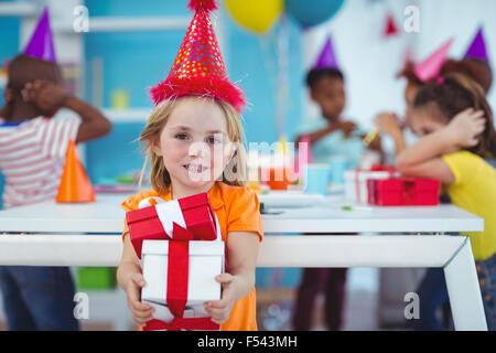 Lächelndes Mädchen auf Geburtstagsparty - Stockfoto