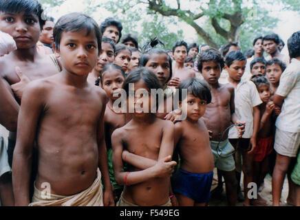 Gruppe der neugierige Kinder Form Dorf im Regenwaldgebiet im Bundesstaat Orissa an der Ostküste von Indien - 1992 - Stockfoto