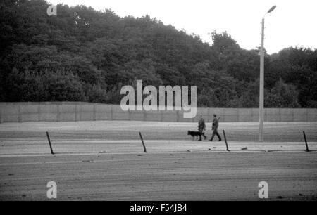 """DDR Grenze bewacht patrouillierenden der """"Eiserne Vorhang"""" in Berlin im Jahr 1985 - Stockfoto"""