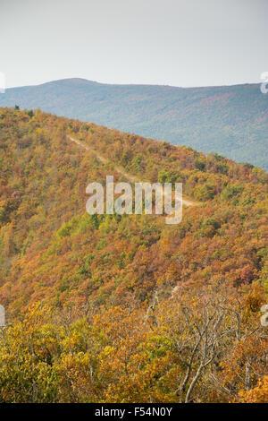 Talimena scenic Byway laufen auf dem Kamm des Berges, mit Bäumen in Herbstfarben - Stockfoto