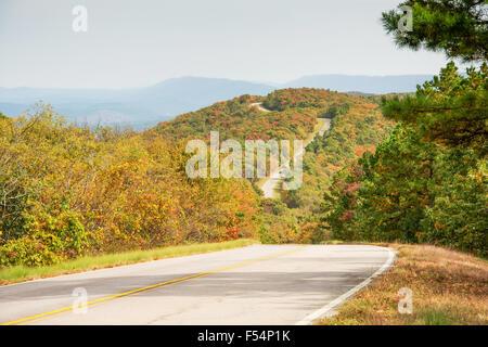 Talimena scenic Byway Verdrehung auf dem Kamm des Berges, mit Bäumen in Herbstfarben - Stockfoto