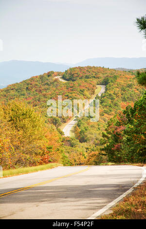 Talimena scenic Byway Wicklung auf dem Kamm des Berges, mit Bäumen in Herbstfarben - Stockfoto