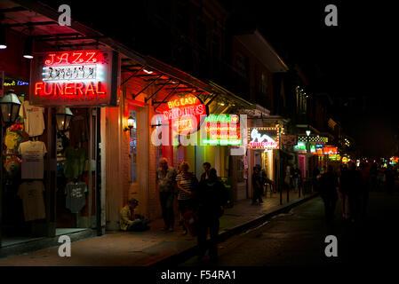 Jazz Beerdigung, Daiquiris und Pizza im Angebot unter Zeichen in der berühmte Bourbon Street im French Quarter von - Stockfoto