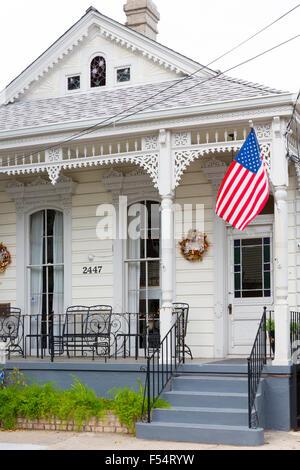 Traditionellen Schindeln kreolischen Cottage Haus mit Sternen und Streifen-Flagge im Faubourg Marigny historischen - Stockfoto