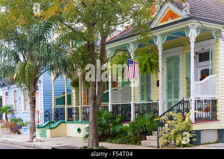 Traditionellen Schindeln kreolischen Cottage nach Hause und Sternenbanner Flagge im Faubourg Marigny historischen - Stockfoto