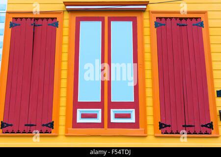 Traditionelle helle Farbe Schindeln kreolischen Cottage home im Faubourg Marigny historischen Bezirk von New Orleans, - Stockfoto