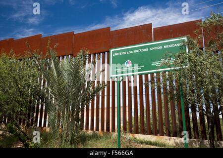 Nogales, Sonora Mexiko - Grenze Marker auf der mexikanischen Seite des Zauns, die die Vereinigten Staaten und Mexiko - Stockfoto