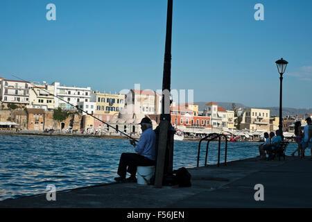 Fischer versuchen geduldig ihr Glück an der Wasserfront von Chania auf Kreta in Griechenland - Stockfoto
