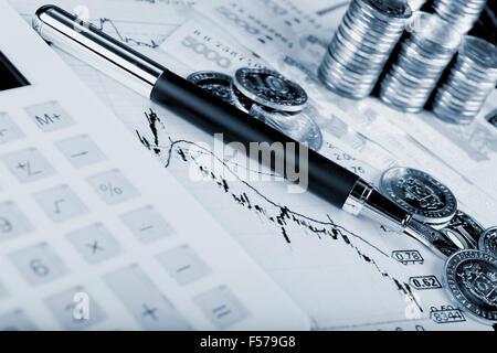 taschenrechner kugelschreiber und aktien charts konzept stockfoto bild 58447208 alamy. Black Bedroom Furniture Sets. Home Design Ideas