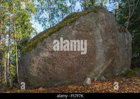 Runenstein U 112, Kyrkstigen (Boulder in Ed), Ed Parish, Uppland, Schweden. Text: Westseite: Ragnvaldr hatte die - Stockfoto