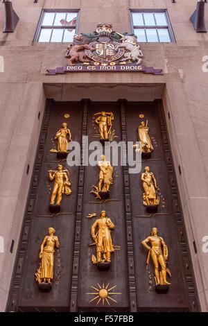 Wandbild über dem Cole Haan Eingang im Rockefeller Center auf Fifth Avenue, New York City, Vereinigte Staaten von - Stockfoto