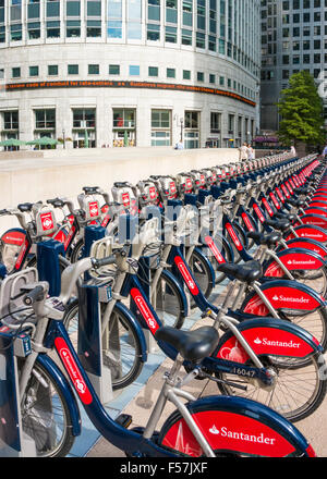 Santander rote Boris Bikes zu mieten in eine Docking-Station Canary Wharf London England UK GB EU Europa - Stockfoto