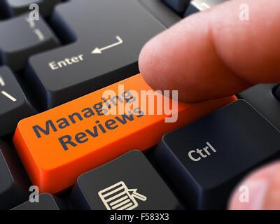 Einem Finger drückt orangefarbene Schaltfläche verwalten Bewertungen auf schwarzen Computertastatur. Detailansicht. - Stockfoto