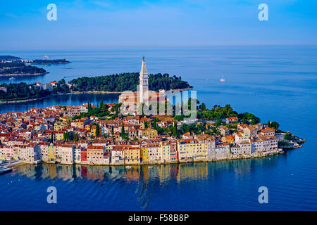 Kroatien, Istrien, Altstadt von Rovinj, St Euphemy Kathedrale, Luftbild - Stockfoto