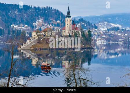Slowenien, Bled, Bleder See und die Julischen Alpen, Kirche Mariä Himmelfahrt - Stockfoto