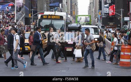 Nur ein anderer Tag staute sich mit Touristen New Yorker und dem Verkehr auf der Straße am Times Square, an der - Stockfoto