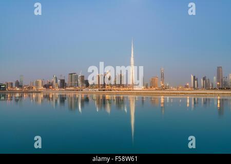 Skyline von Wolkenkratzern und Burj Khalifa Tower vor Sonnenaufgang in Dubai Vereinigte Arabische Emirate - Stockfoto