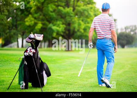 Golfer üben und Konzentration vor und nach dem Schuss an einem schönen sonnigen Tag - Stockfoto