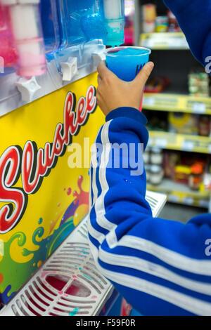 Kind mit einem matschigen Maker in einem Convenience-store - Stockfoto