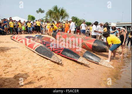 Bunt bemalte Kanus mit traditionellen Tribals am Strand vor dem Kanu Event bei den internationalen indigenen spielen - Stockfoto