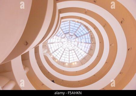 Das Guggenheim Museum in New York City, Vereinigte Staaten von Amerika. Von Frank Lloyd Wright entworfen. - Stockfoto