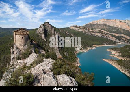 Hermitage La Pertusa und die Montsec Berge in La Noguera, Lleida, Katalonien. - Stockfoto