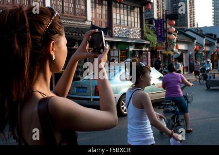 Fotografiert durch kleine Geschäfte in der Altstadt, Shanghai, China. Die Altstadt von Shanghai, Shanghai Lăo Chéngxiāng - Stockfoto