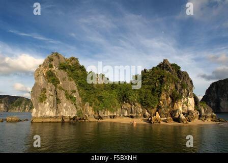 Einsamen Strand in isolierten Insel in Ha Long Bucht, Vietnam. Tropischer Strand, Cat Ba Nationalpark, Ha long, - Stockfoto