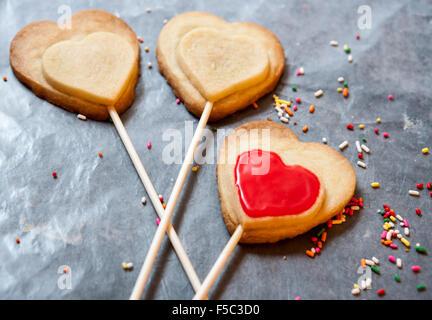 Heart-Shaped Shortbread Cookies auf Sticks - Stockfoto