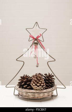 Weihnachts-Deko-Korb mit Tannenzapfen - Stockfoto