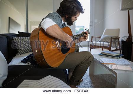 Mann Spielt Gitarre Schreiben Musik Im Wohnzimmer