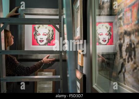 London, UK. 2. November 2015. Ein Andy Warhol Marilyn Monroe auf der Haynes Fine Art Brodway stehen - Winter Olympia - Stockfoto