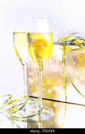 zwei gl ser champagner mit bogen auf silbernem hintergrund stockfoto bild 76257944 alamy. Black Bedroom Furniture Sets. Home Design Ideas
