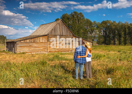 Ein junges Paar von Thomas Alma Moulton Barn, Antelope Flats, Grand-Teton-Nationalpark, Wyoming, USA. - Stockfoto