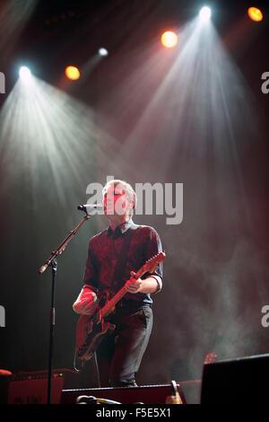 Bild auf der Bühne Alex Kapranos von Franz Ferdinand Save Kinder (Schottland)-Flüchtling-Benefiz-Konzert in den - Stockfoto