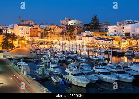 Blick über Hafen und Ayuntamiento de Ciutadella in der Nacht, Ciutadella, Menorca, Balearen, Spanien, Mittelmeer, - Stockfoto