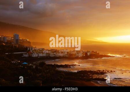 Blick auf Punta Brava und Playa Jardin bei Sonnenuntergang, Puerto De La Cruz, Teneriffa, Kanarische Inseln, Spanien, - Stockfoto