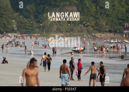 Menschen wandern entlang dem Strand in Langkawi, Malaysia - Stockfoto