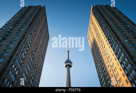 Niedrigen Winkel Ansicht des CN Tower eingerahmt zwischen zwei Wolkenkratzern, Toronto, Ontario, Kanada - Stockfoto