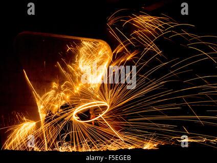 Menschen Feuer tanzen mit Stahlwolle - Stockfoto